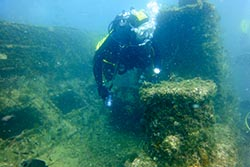 Buceo en Gibraltar En la inmersión se incluye guía de buceo, plomos y botella. No olvides que en España y Gibraltar es obligatorio bucear con seguro de buceo al día y debes tener el documento que lo acredite en tu poder para presentarlo en nuestro centro de buceo al mismo tiempo que tu titulación como buceador o de los cursos de buceo que tengas. Para algunas inmersiones, se requiere un mínimo de experiencia acreditada, ya que pueden ser dificultosas