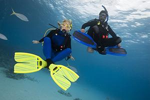 ¿Qué es la flotabilidad neutra? A los buceadores les gusta flotar en estado neutro para no hundirse ni ascender descontroladamente. Puede ser una cosa delicada si no se tiene cuidado. Los buceadores que dominan los niveles más altos de ejecución de la flotabilidad tienen una consideración aparte flottabilité.parte.